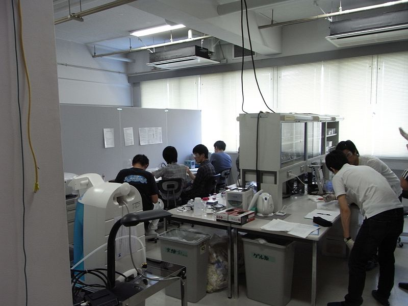 File:Biomod2011 Team Tokyo 0805実験室.JPG
