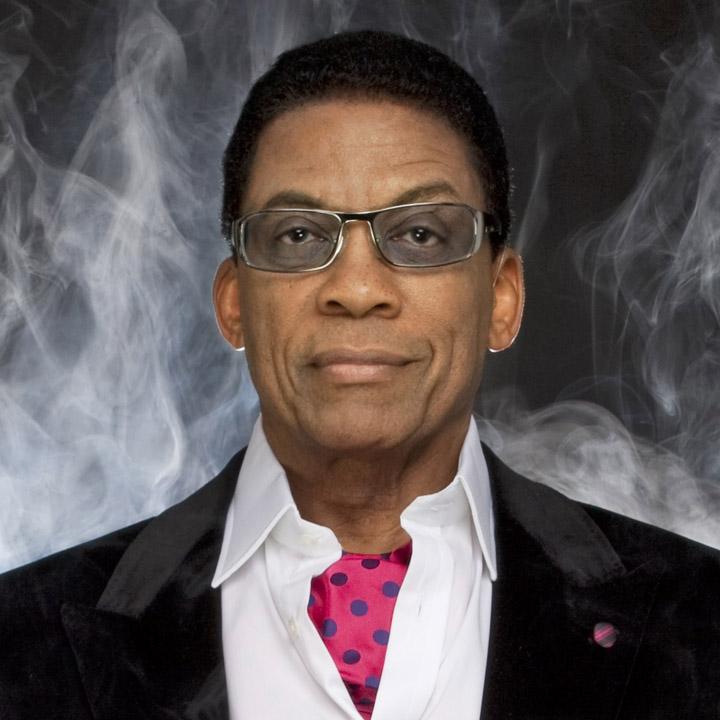 Der 80 Jahre alte 175 cm große Herbie Hancock im 2021 Foto