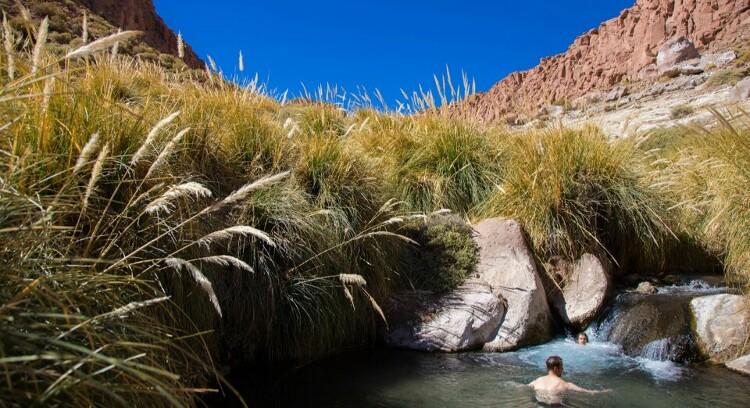 Turistas en las termas de puritama en San Pedro de Atacama