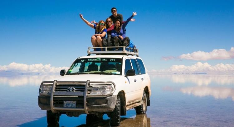 Jeep y agua en Salar de Uyuni