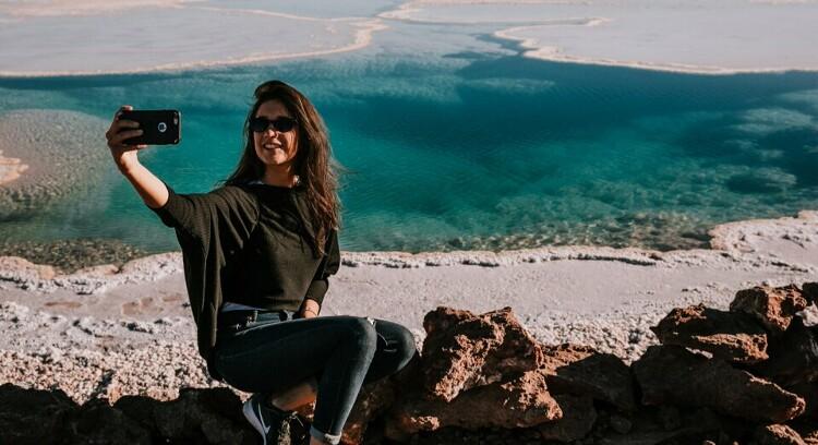 Turista tomando fotos en una de las lagunas escondidas de baltinache