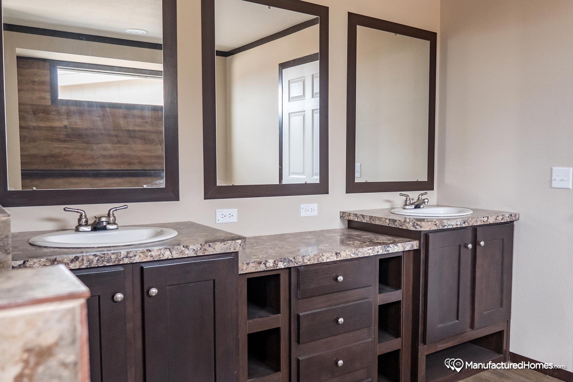 Clayton Homes Patriot / The Washington - Bathroom