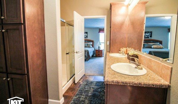 Grand Manor / 6011 - Bathroom