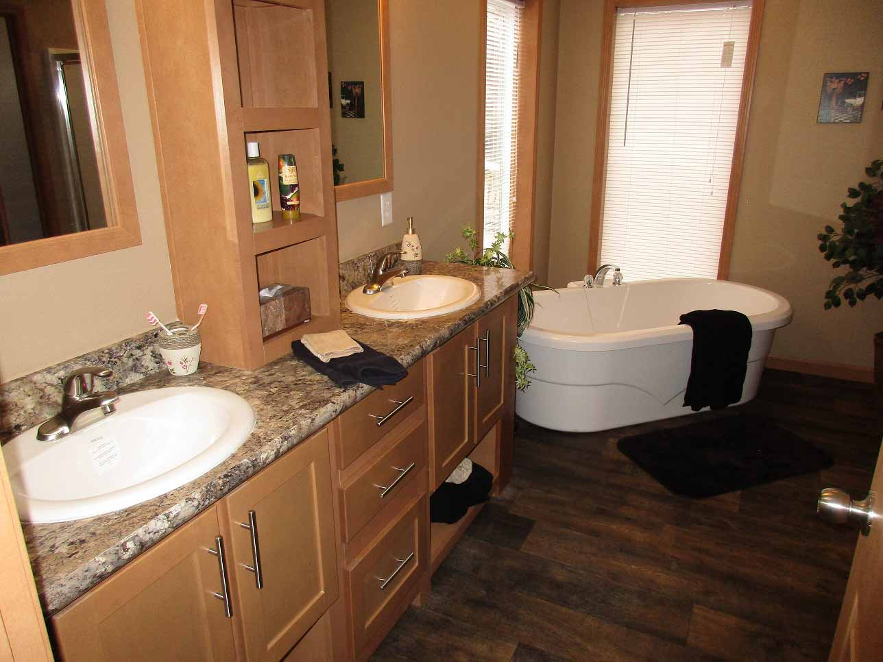 Showcase MW / The Ponderosa - Bathroom
