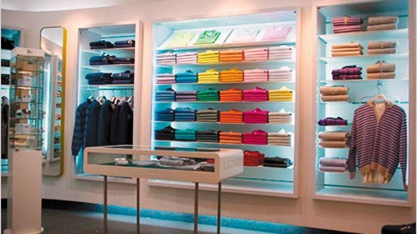 0f10db1cc0a La renovación de su local en Unicenter fue el relanzamiento de la firma de moda  francesa Lacoste en la Argentina. La explotación local de la marca había ...