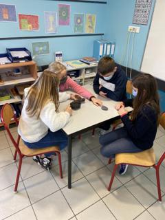 Les élèvent observent des bombes volcaniques