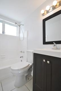 7931 305 Bathroom