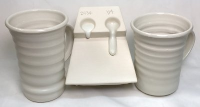 The glaze on two porcelain mugs looks the same, but the melt flow is very different