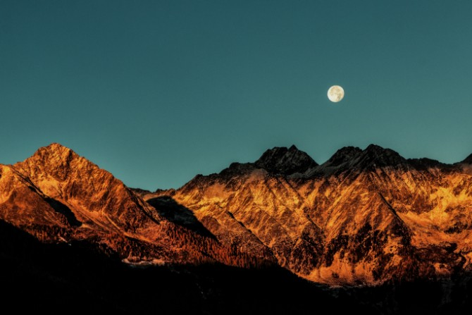 Disseminating Moon