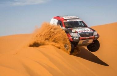 La Toyota en las dunas de Marruecos, previo al Dakar 2015 (Facebook Oil Competición)