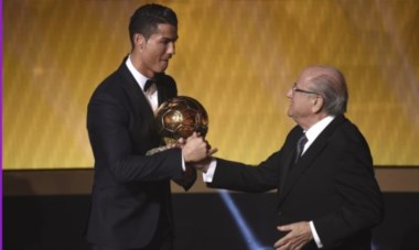 """Cristiano fue galardonado con su tercer Balón de Oro, en una votación que causó controversia. """"Quiero igualar a Messi"""", dijo."""