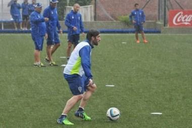 A pesar de la lluvia Velez realizó su entrenamiento en la Villa Olímpica. Pavone, flamante incorporación.