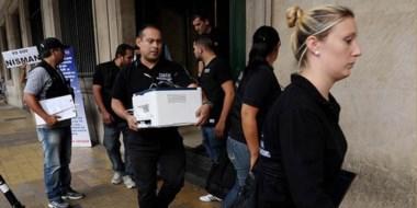 Funcionarios judiciales y policiales trasladan elementos de prueba sobre el caso del fiscal Nisman.