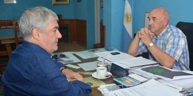 Seriedad. Una postal de la cumbre entre el exgobernador y el intendente cordillerano en su despacho.