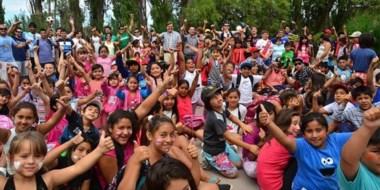 Colonias de vacaciones. Pérez Catán visitó ayer al grupo de 200 chicos que finalizó la primera etapa.