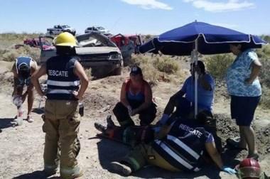 En medio del intenso calor, bomberos debieron poner una sombrilla para atender a los heridos.