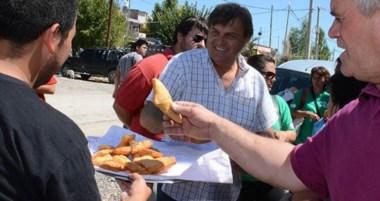 Te acepto una. El intendente es convidado con una torta frita, tras la visita por los barrios de la ciudad.