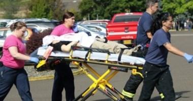 Víctima de incidente en Oregon sale en camilla. (Foto: AP)