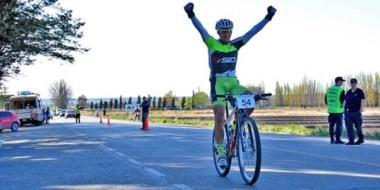 """Brazos en alto para Alan Garitano, completando en primer lugar la etapa inicial de la """"Vuelta al Valle""""."""