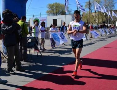 Joaquín Arbe llega en primer lugar y controla su tiempo: 26m 57s.