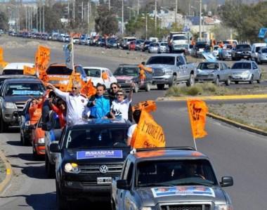 De caravana. Una larga fila de autos acompaña la recorrida de Mac Karthy por los barrios de la ciudad.