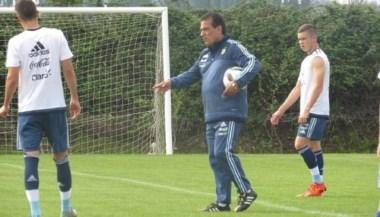El técnico Miguel Angel Lemme en la práctica de hoy junto al comodorense Tomás Conechny.
