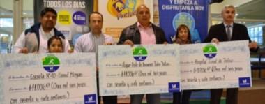 """Los representantes de la Escuela 40, el Hospital de Trelew y el Hogar de Ancianos """"Pedro Detori"""" sostienen sus cheques simbólicos, con los fondos de la Corrida Solidaria La Anónima."""