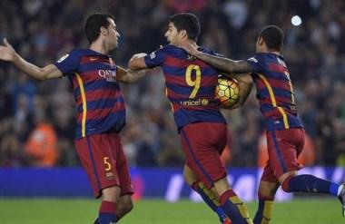 El uruguayo Luis Suárez anotó ayer un hat-trick para el Barsa. Ya tiene siete goles en el actual campeonato.
