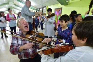 Locos por la música. En la Escuela 529 los intépretes galeses compartieron un encuentro con los chicos.
