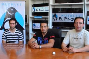 """El peleador """"La Roca"""" Arévalo (centro) junto al flamante intendente electo de Trelew, Adrián Maderna."""