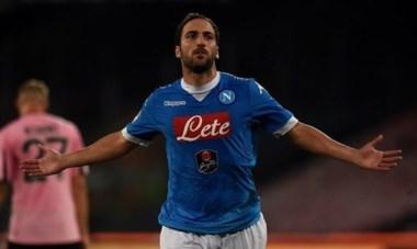 Con un Higuaín intratable, Napoli venció 2-0 al Palermo y pisa fuerte en el Calcio.