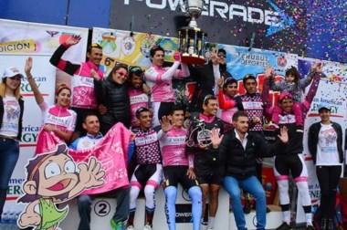 Los integrantes de Shania Competición se alzan con el trofeo que los adjudica ganadores de la prueba.