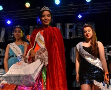 La reina junto a sus princesas Melani Contreras y Emilce Collio.