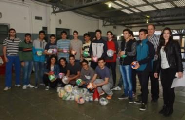 La donación fue recibida por el director, Hugo Francisquelo, Martín Andrade y un grupo de  alumnos.