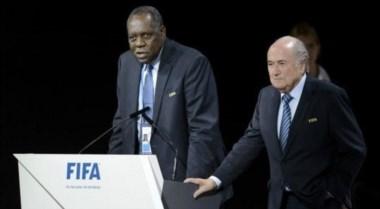 El camerunés Issa Hayatou asumirá como presidente interino de FIFA.