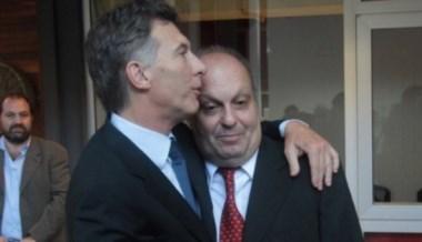 Beso a beso. El ex ministro de la Alianza delarruísta critica a 6,7,8 pero....