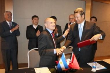 El presidente de Nucleoeléctrica Argentina (NASA), José Luis Antunez(i fte) y el titular de la firma nuclear china.