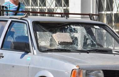 Incrustado. El enorme bloque de hormigón destruyó el vidrio delantero de un Volkswagen  Senda.