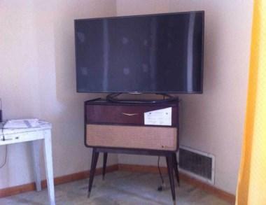 El mueble y el televisor fueron recuperados tras robos en chacras.