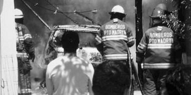 Auto en llamas. El vehículo incendiado quedó totalmente destruido a pesar de la tarea de los bomberos.