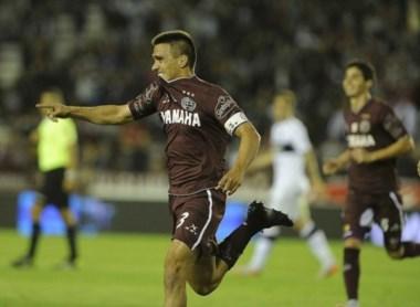 Casi medio equipo de Lanús estaba adelantado en el gol de Velázquez (3) que convalidó Larveni.