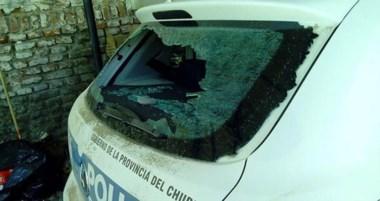 El móvil policial que intervino en la disputa familiar sufrió varias roturas, entre ellas la de sus vidrios.
