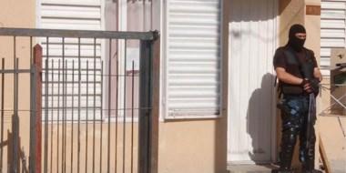 El personal policial trabajó en diferentes domicilios del barrio 159 Viviendas en procura de incautar la droga.