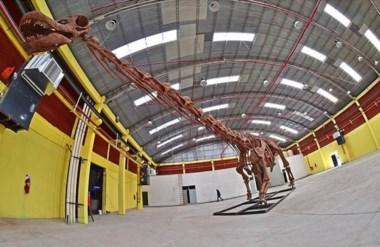 La réplica del dinosaurio más grande del mundo en el Predio Ferial para ser admirada por  los  visitantes.