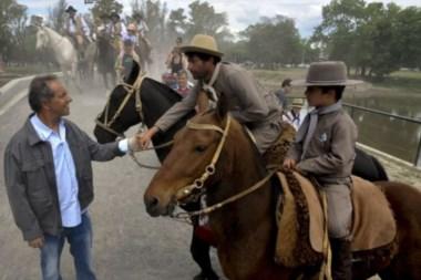 Argentinos de a caballo, junto al gobernador y candidato del Frente para la Victoria.