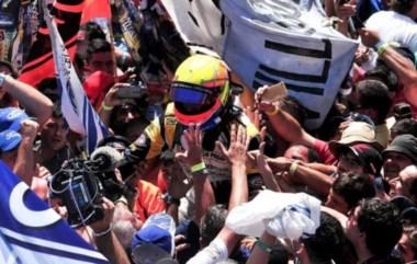 El Gurí Martínea, el piloto más longevo en salir campeón, en andas por su fanáticos.