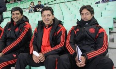 Gallardo mirando el partido del América y Guangzhou, junto a Biscay y a Buján.