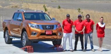 Personal de Autosur SA junto a la nueva NP300 Frontier, la pick up que se fabricará integramente en nuestro país a partir de 2018.
