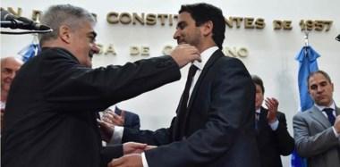 Abrazo. Luego de su juramento, el gobernador felicita al flamante fiscal de Estado en el acto en el Salón de los Constituyentes en Rawson.