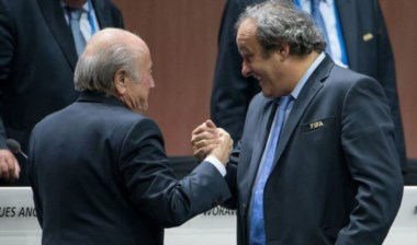 Blatter y Platini suspendidos por 8 años de toda actividad relaciona al futbol.